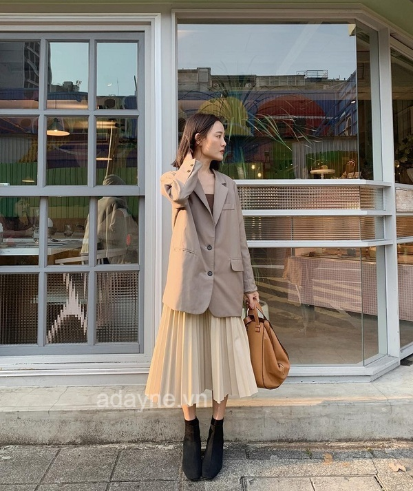 Thời trang mùa đông cũng không thể làm khó nàng với kiểu phối đồ với chân váy dài xếp ly và blazer tone màu be thanh lịch