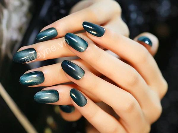 Cô nàng theo đuổi phong cách tối giản và vintage thử ngay với sang chảnh mẫu nail đẹp tone xanh lục bảo