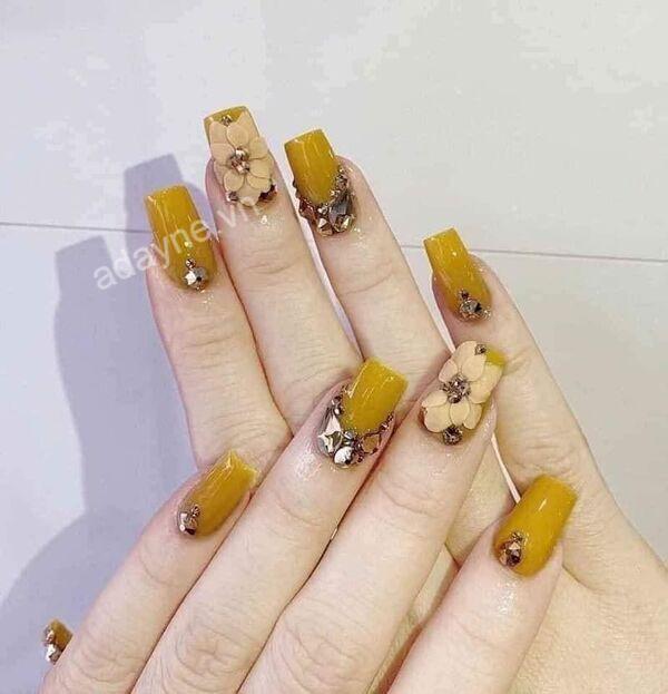Nổi bần bật với mẫu nail vàng nâu đính đá và họa tiết hoa nổi sang trọng