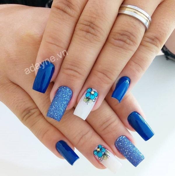 Nail màu xanh gắn đá đơn giản, cùng nhũ kim tuyến và hoa văn nghệ thuật cho quý cô trang nhã