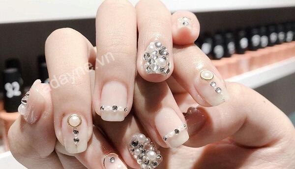 Nail đính đá luôn dẫn đầu trong danh sách sang chảnh mẫu nail đẹp