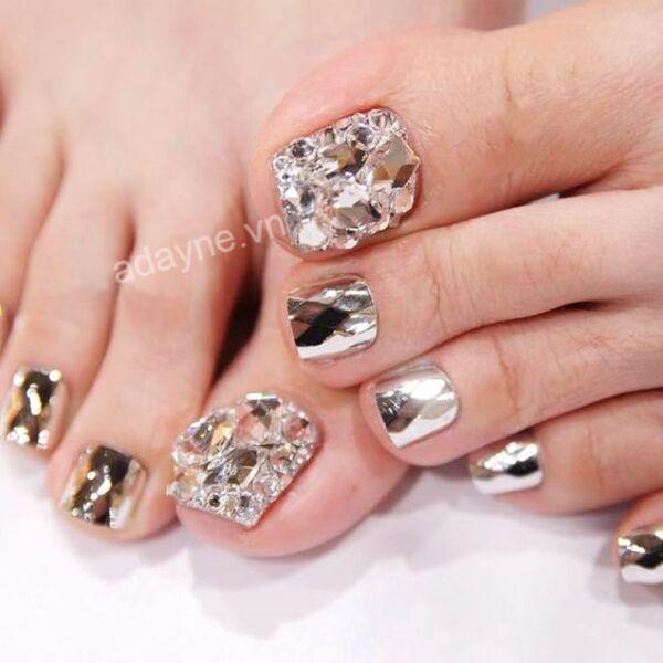Không thể sang chảnh hơn với mẫu nail chân đinh đá sang trọng mix hiệu ứng tráng gương lấp lánh