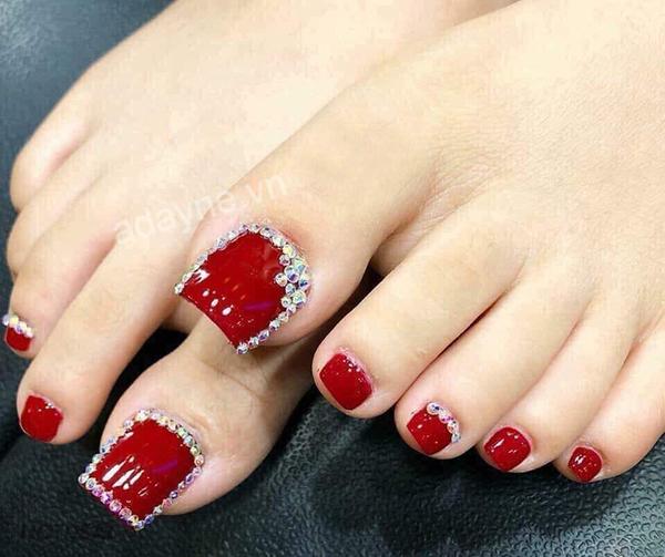 Sang chảnh mẫu nail đẹp tone đỏ rực rỡ đính đá ấn tượng