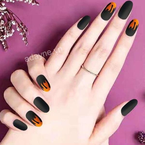 Dẫn đầu xu hướng thời trang với mẫu nail đen họa tiết ngọn lửa cực kỳ cuốn hút, sexy