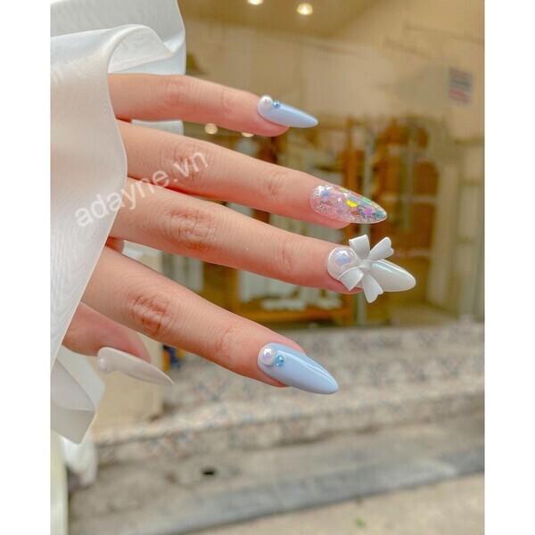 Mẫu nail đơn giản sang trọng gắn charm nơ xinh xắn dành riêng cho cô nàng tiểu thư