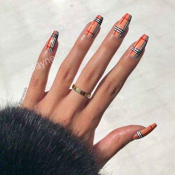 Cô nàng yêu thích mẫu áo gây bão mùa đông Burberry chắc chắn không thể bỏ qua sang chảnh mẫu nail đẹp này