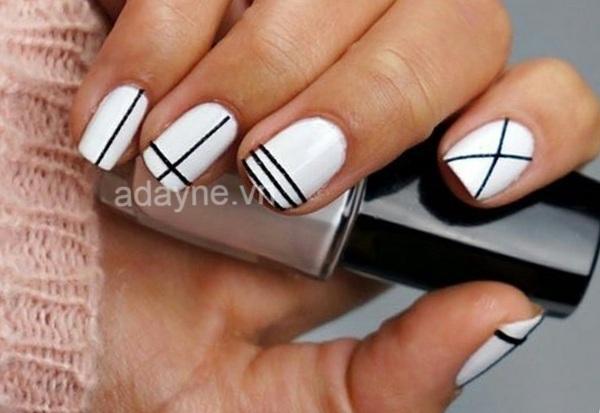 Đổi gió mẫu nail vẽ móng tay đẹp trắng đen vô cùng đơn giản