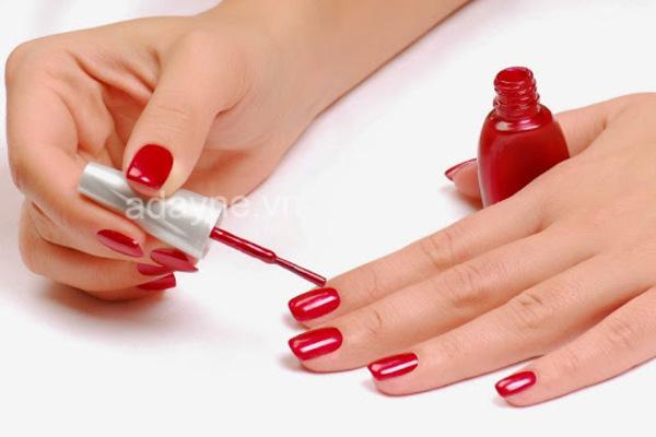 Vẽ móng tay đẹp trơn màu đỏ sang chảnh
