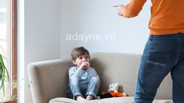 """""""Sao con lì quá dza""""?, Sao con hư quá dza? Con nhà người ta; cách dạy con kém thông minh: la mắng trẻ, so sánh trẻ với bạn khác"""