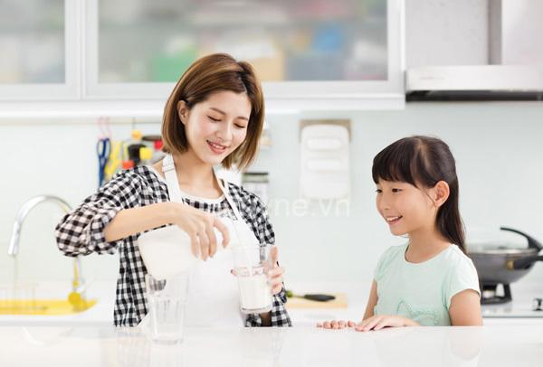 Chọn sữa tươi cho bé như thế nào? Khi nào nên cho trẻ uống sữa tươi