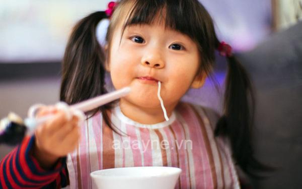 Tập dùng đũa cho bé thời gian phù hợp
