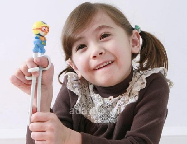 Có nên cho sử dụng đũa tập ăn cho bé yêu không ?