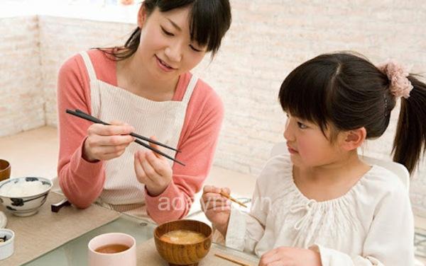 5 bước đơn giản hướng dẫn cách lắp đũa tập ăn cho bé